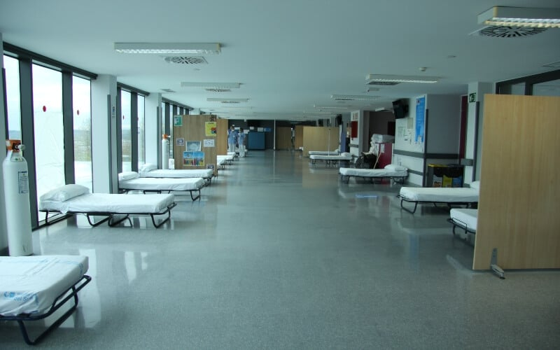 Camas de UCI montadas durante la pandemia de la Covid-19 en una de las salas de espera del Hospital del Sureste, llamado por el personal del centro el 'Ifema 0'