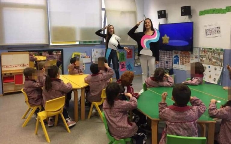 Alumnas del Ciclo Formativo de Educación Infantil del Colegio Malvar, durante una actividad con los niños y niñas de la escuela infantil