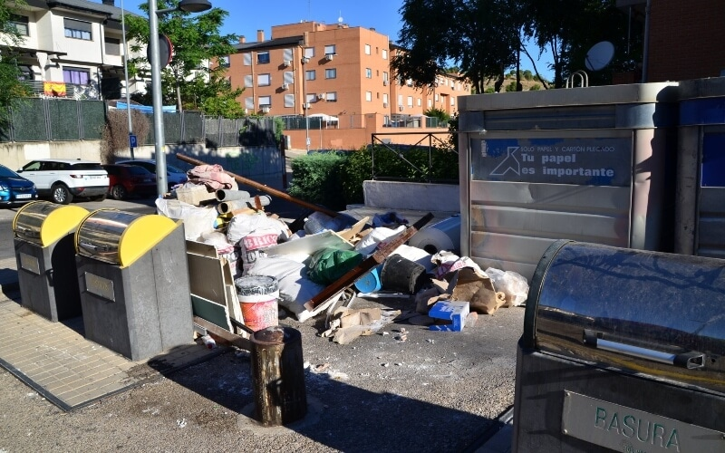 Vecinos de Arganda denuncian vertidos ilegales de escombros en el barrio de Los Almendros