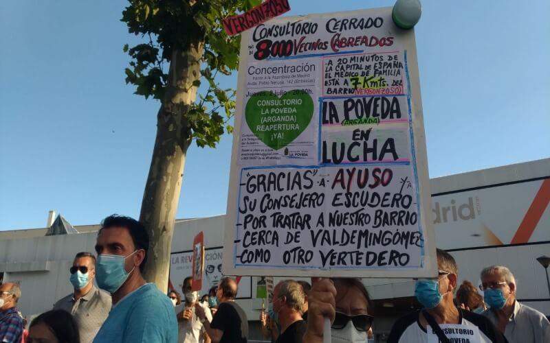 Cientos de vecinos de La Poveda piden en la Asamblea de Madrid la reapertura del consultorio