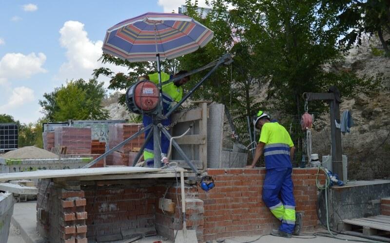 Operarios trabajando en la nueva galería exterior de Arganda que evite riadas.