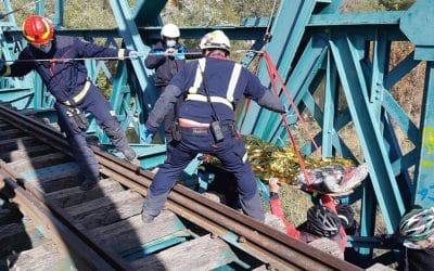 Herido un ciclista tras precipitarse tres metros desde el Puente de Arganda y quedar atrapado en uno de los pilares