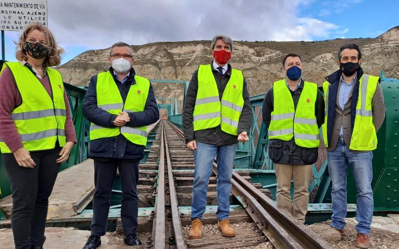 Guillermo Hita, Ángel Garrido y Pedro del Cura, en el puente de La Poveda
