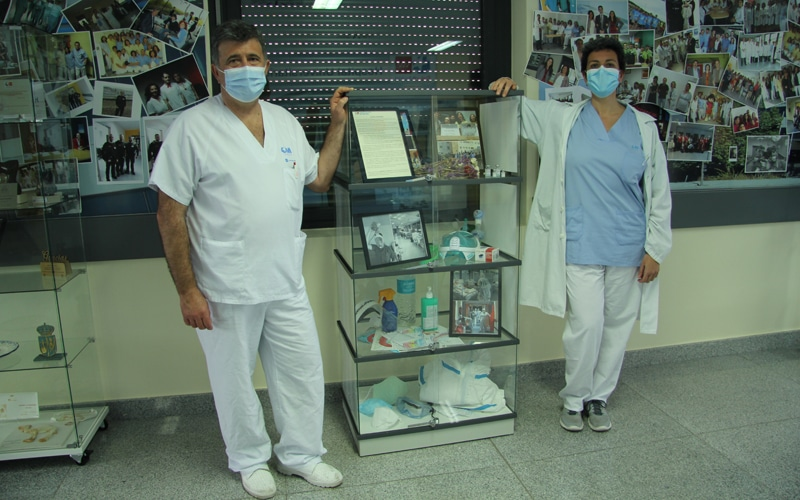 Jesús Martínez y Sonia López, los dos profesionales sanitarios que atendieron al primer caso de Covid en el Hospital (foto: Hospital Universitario del Sureste)