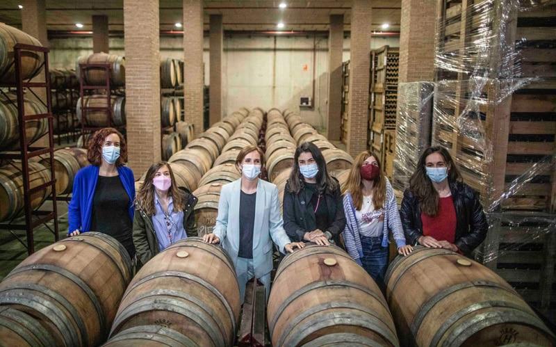 Mónica García en la cooperativa Vinícola de Arganda (foto: Más Madrid)