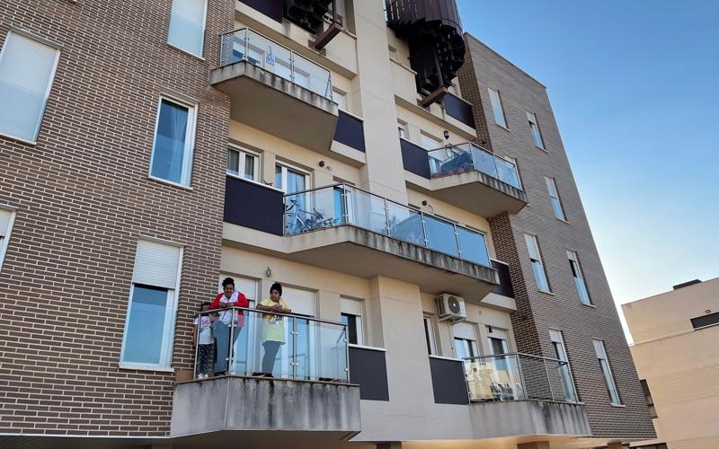 Una de las familias que ha ocupado una vivienda en la calle San Sebastián (foto: @Diario de Arganda)