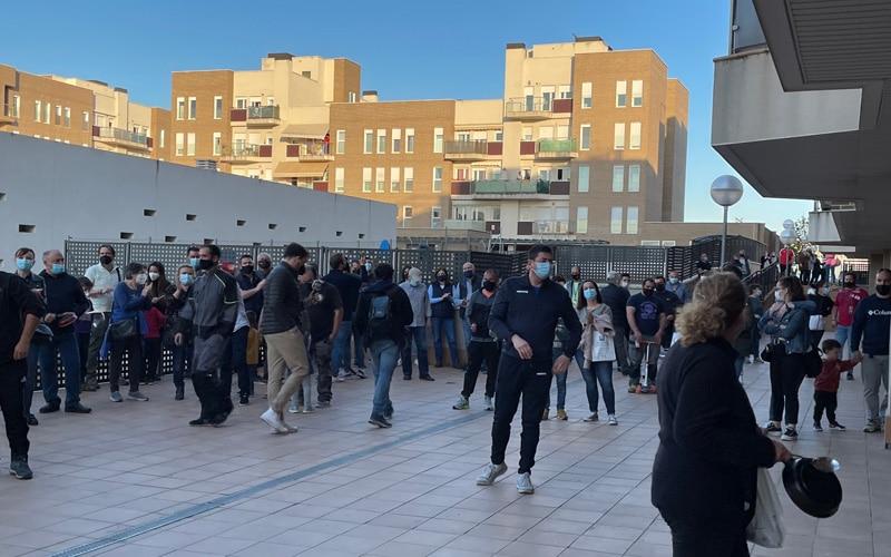 Decenas de vecinos de Arganda protestan contra la ocupación de tres viviendas en la calle San Sebastián