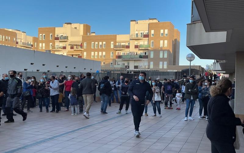 Las familias que ocupaban tres viviendas en la calle San Sebastián de Arganda abandonan los pisos