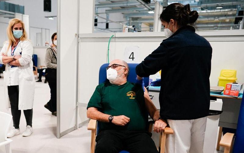 Vacunación en el hospital Isabel Zendal (foto: Comunidad de Madrid)