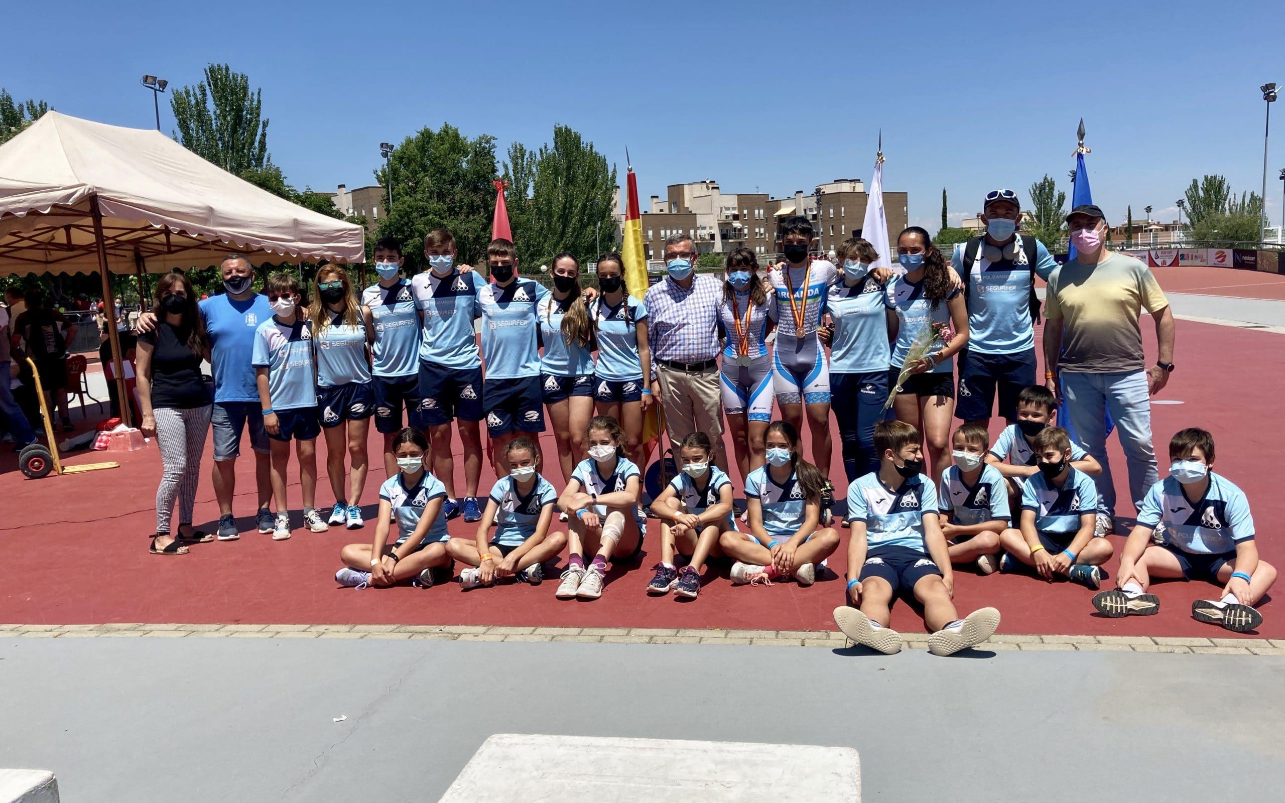 El alcalde, Guillermo Hita, y la concejala de Deportes, Alicia Amieba, junto con el Club Municipal de Patinaje Arganda en el Campeonato de España de Patinaje 2021
