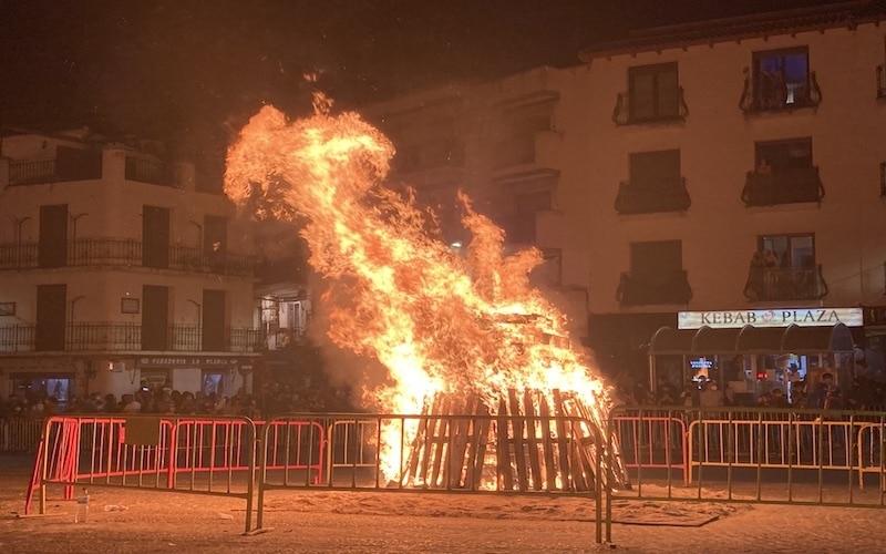 Cientos de personas acuden a la plaza de la Constitución de Arganda para disfrutar de las hogueras de San Juan