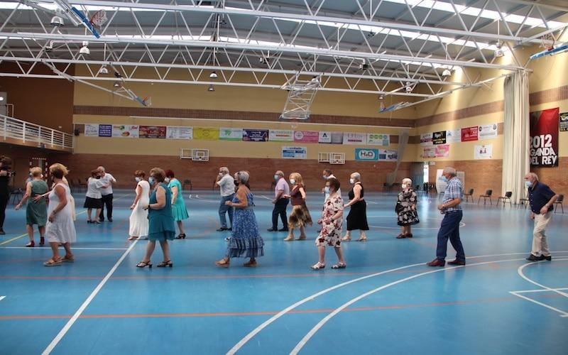 Tradicional Baile de Mayores en el Polideportivo Virgen del Carmen del barrio argandeño La Poveda