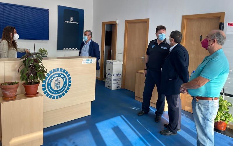 Visita del alcalde de la comisaría de Policía Local de La Poveda (foto: @Diario de Arganda)